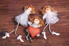 Drei Engel mit Valentinsgrußkarte Stockfotos