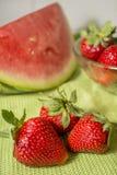 Drei Erdbeeren in Huelva auf einer grünen Tischdecke Lizenzfreie Stockfotografie