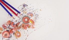 Drei färbten Bleistifte und Schnitzel auf weißem Hintergrund mit Kopienraum Stockfoto