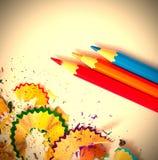 Drei farbige Bleistifte und Schnitzel Lizenzfreie Stockfotos