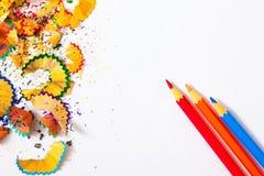 Drei farbige Bleistifte und Schnitzel Stockfotos