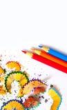 Drei farbige Bleistifte und Schnitzel Lizenzfreie Stockfotografie