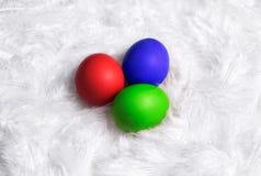 Drei farbige Eier lizenzfreies stockbild