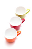 Drei farbige Kaffeetassen lizenzfreie stockfotos