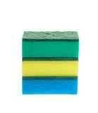 Drei farbige Schwämme für Abwasch. Lokalisiert Stockfotografie