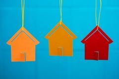 Drei farbige Spielzeughäuser Stockfotografie