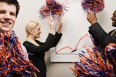 Drei feiernde Büroangestellte lizenzfreies stockbild