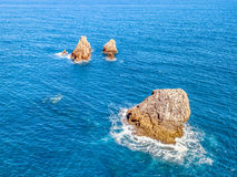 Drei Felsen im Meer Stockfoto