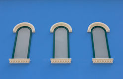 Drei Fenster auf blauer Wand stockfotografie