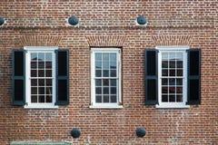 Drei Fenster eines alten amerikanischen Gebäudes Lizenzfreies Stockbild