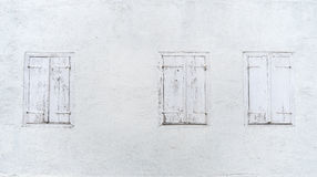 Drei Fenster mit geschlossenen Fensterläden Lizenzfreies Stockfoto