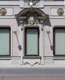 Drei Fenster mit ungewöhnlichem Stuck stockbilder