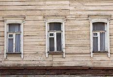 Drei Fenster verziert mit geschnitzten Schutzblechen lizenzfreie stockfotografie