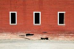Drei Fensterrahmen auf defekter roter Wand der Geisterstadt in Kennicot Stockbild