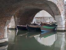 Drei Fischerboote auf dem Kanal unter einem alten Ziegelstein wölben sich herein stockfotografie