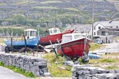 Drei Fischerboote bei Inisheer, Grafschaft Galway, Irland Lizenzfreies Stockbild