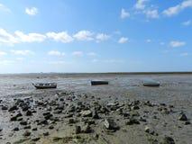 Drei Fischerboote im trockenen Meer von Cadiz lizenzfreie stockbilder