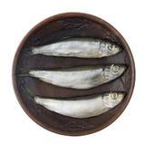 Drei Fischheringe in einer Lehmschüssel lokalisiert auf weißem Hintergrund Stockfotografie