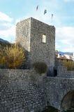 drei Flaggen auf dem alten Turm in der kleinen Stadt von Venzone I Lizenzfreies Stockfoto