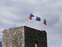 drei Flaggen auf dem alten Turm in Nord-Italien Stockbild