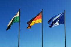 Drei Flaggen, die im Wind durchbrennen stockbild