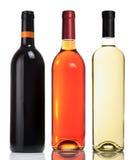 Drei Flaschen mit den roten, rosafarbenen und weißen Weinen lizenzfreies stockfoto