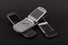 Drei Flip Phones auf Schwarzem lizenzfreie stockbilder