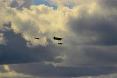 Drei Flugzeuge auf dem Hintergrund von drohenden Sturmwolken Stockfoto