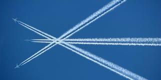 Drei Flugzeuge und Contrails Stockfoto