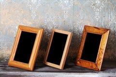 Drei Fotofelder auf alter Tabelle stockfotografie