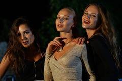 Drei Frauen an der Disco lizenzfreie stockbilder