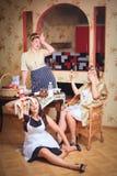 Drei Frauen in der Küche sprechend und kochend Konzept des Haushalts Retrostil, Weinlese, Stift-oben lizenzfreie stockfotos