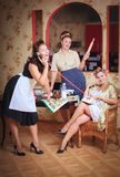 Drei Frauen in der Küche sprechend und kochend Konzept des Haushalts Retrostil, Weinlese, Stift-oben stockfotografie
