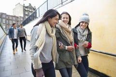 Drei Frauen in der Stadt Stockbild
