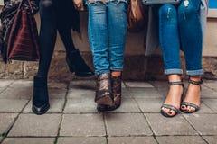Drei Frauen, die drau?en stilvolle Schuhe und Zubeh?r tragen Sch?nheitsmodekonzept stockfotografie