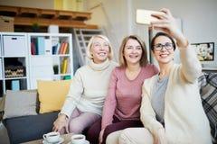 Drei Frauen, die selfie nehmen lizenzfreie stockfotografie