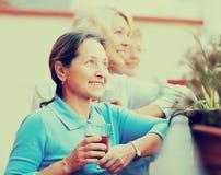 Drei Frauen, die Tee am Balkon trinken Lizenzfreie Stockbilder
