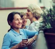 Drei Frauen, die Tee am Balkon trinken Lizenzfreies Stockfoto