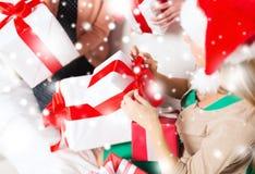 Drei Frauen, die viele Geschenkboxen halten Stockbild