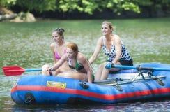 Drei Frauen in einem Floss, das hinunter den Clackamas-Fluss schwimmt Stockfoto