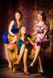 Drei Frauen in einem Luxusinnenraum stockfotos