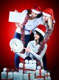 Drei Frauen im Kostüm von Santa Claus mit dem Weihnachtseinkaufen Lizenzfreie Stockfotos