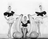 Drei Frauen mit übergroßen Früchten (alle dargestellten Personen sind nicht längeres lebendes und kein Zustand existiert Lieferan stockfotografie