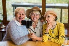 Drei Frauen mit selfie Stock Stockfotografie