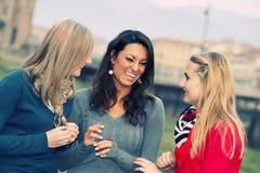 Drei Frauen-Plaudern im Freien lizenzfreie stockfotografie