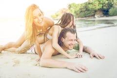 Drei Freunde auf dem Strand stockbild