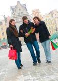 Drei Freunde auf einer Straße Stockbild