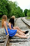 Drei Freunde, die auf den Zug warten Stockfotos