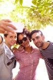 Drei Freunde, die für ein selfie aufwerfen lizenzfreie stockbilder