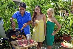 Drei Freunde, die Grill zu Mittag essen Stockfoto